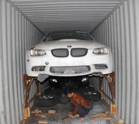 3 chiếc xe sang được chứa trong 1 container loại 400 feet. (Ảnh: T.Bình)
