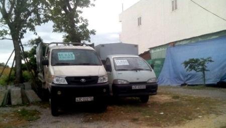 Không chỉ xe con mà xe tải cũng xếp hàng rao bán trên vỉa hè đường Nguyễn Hữu Thọ, Đà Nẵng