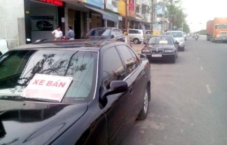 Ô tô treo bảng bán nằm đầu dưới lòng đường tại TP. Đà Nẵng nhưng chẳng mấy người mua.