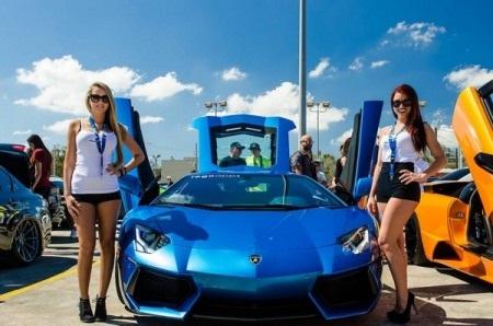 Chiếc Monterey Blue Lamborghini Aventador rực rỡ trong nắng