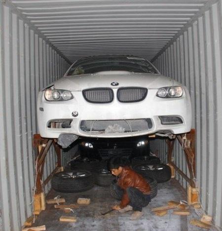 Một xe sang núp trong container sắt vụn