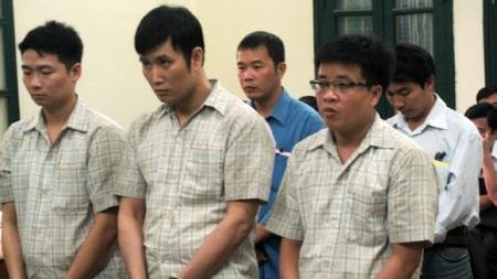 Bị cáo Phúc (đứng giữa hàng đầu) cầm đầu đường dây buôn lậu xế khủng.