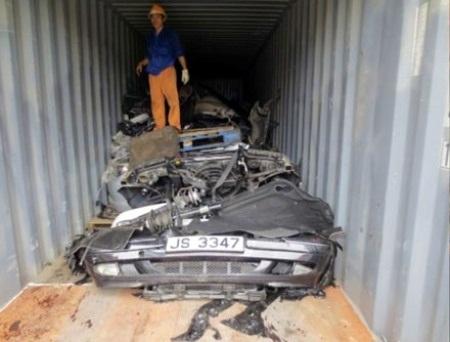 Phần đầu và phần đuôi chiếc BMW được cắt đôi, giấu sâu bên trong container