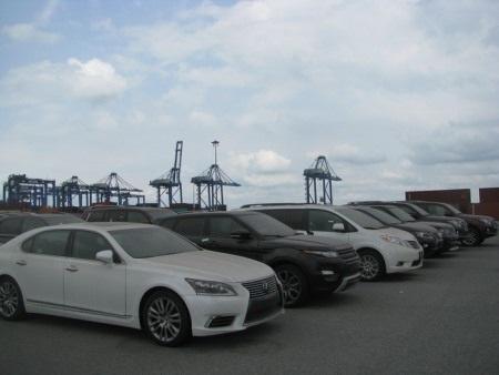 Xe ô tô NK của Việt kiều hồi hương tồn đọng tại cảng Cái Mép. Ảnh Nguyễn Huế.