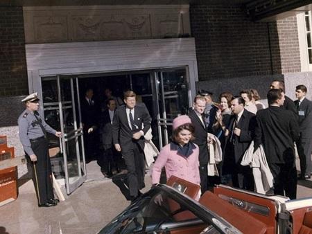 Khoảng khắc cuối cùng của tổng thống John Kennedy và đệ nhất phu nhân trong ngày ông qua đời.