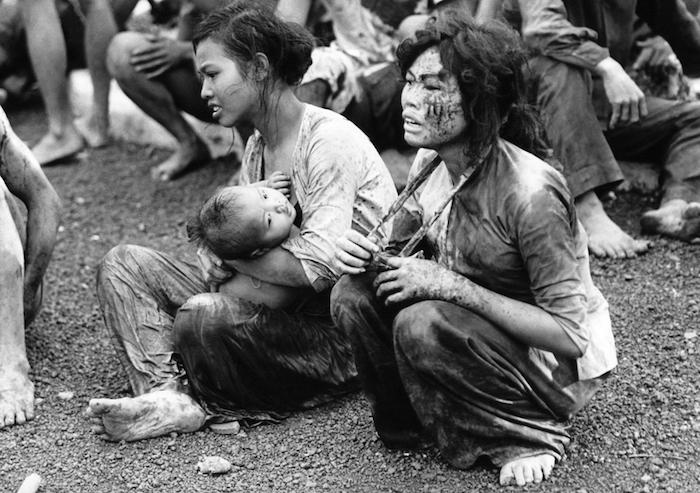 Một cậu bé chạy qua những xác người để tránh đạn ngày 31/1/1968.