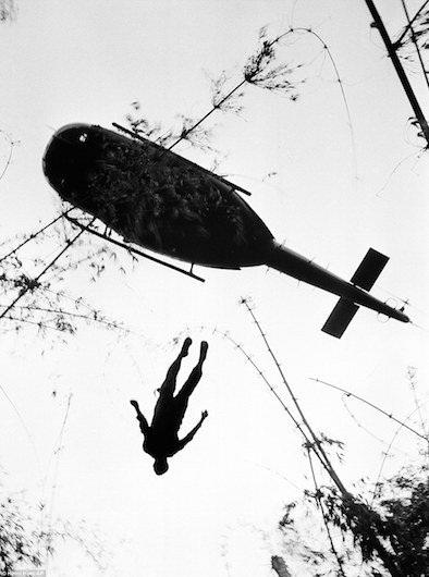 Xác lính dù Mỹ được trực thăng đưa đi ở gần biên giới Campuchia ngày 14/5/1966.