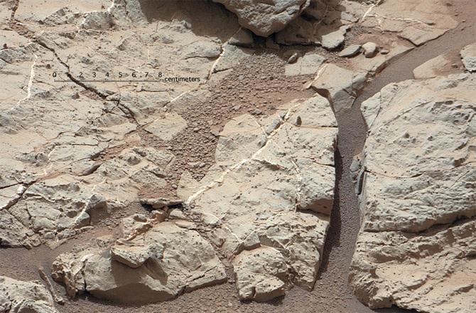 Những hình ảnh chụp bề mặt sao Hỏa được truyền về từ robot thám hiểm Curiosity.
