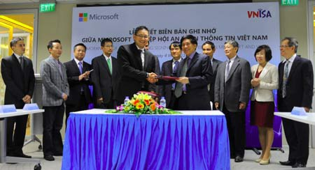Lễ ký kết giữa Microsoft và VNISA.