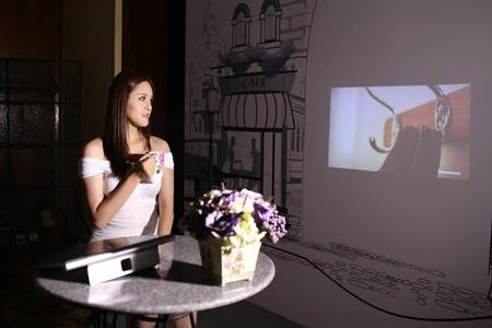 YOGA Tablet 2 Pro là chiếc tablet đầu tiên trên thế giới được tích hợp máy chiếu.