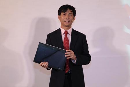 Ông Nguyễn Minh Sơn, Tổng giám đốc Lenovo Việt Nam giới thiệu về Yoga 3 Pro.