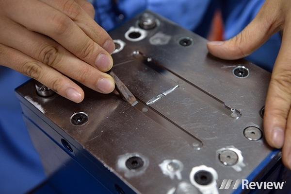 Một kỹ sư của Bkav đang vận hành máy CNC để sản xuất khuôn mẫu.