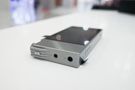 Máy nghe nhạcAK120 II được thiết kế từ chất liệu kim loại nguyên khối.