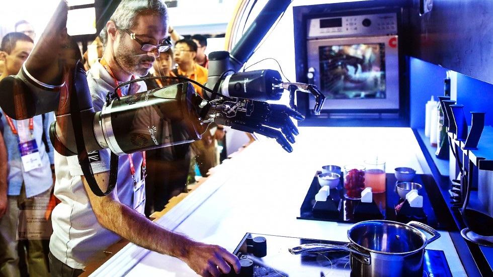 Bếp nấu tự động đầu tiên trên thế giới của thương hiệu Moley Robotics được trưng bày tại CES Asia.