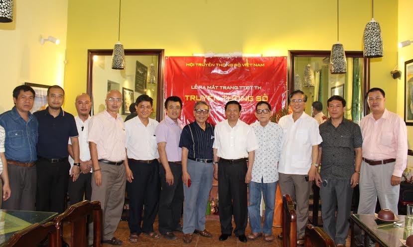Lãnh đạo Hội Truyền thông số Việt Nam chụp ảnh kỷ niệm cùng Ban biên tập Truyền thông số