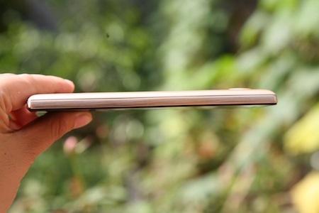 Sản phẩm đạt độ mỏng ấn tượng 8,5mm, đường viền kim loại cứng cáp và mạnh mẽ