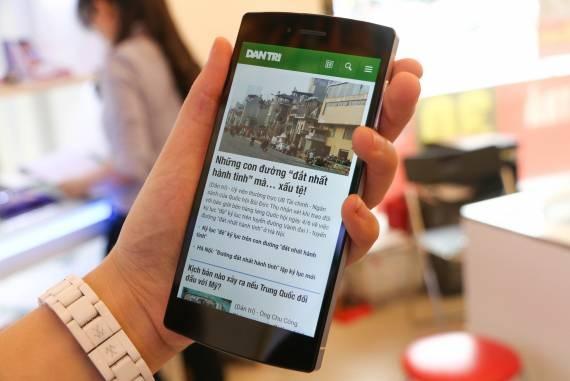 Chiếc điện thoại gây chú ý với giới truyền thông đang được cập nhật lại phần mềm camera.