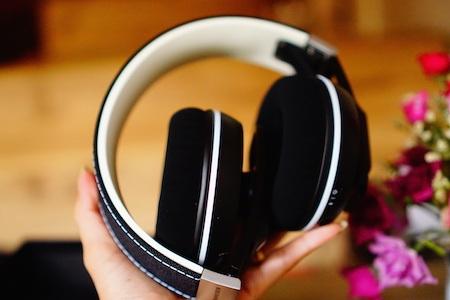 Headband của tai nghe vẫn giữ nguyên chất liệu vải với đường may tinh tế.