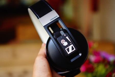 Phím nguồn, tăng giảm âm lượng được thiết kế trên ear-cup bên trái.
