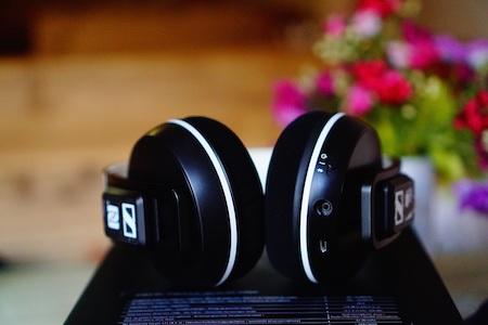 Trên earup bên phải chứa các nút điều khiển, jack 3.5mm, cổng sạc và micro thoại.