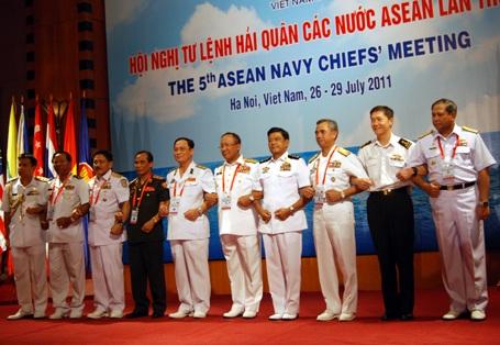 Hải quân ASEAN thiết lập đường dây nóng xử lý vấn đề biển Đông - 1