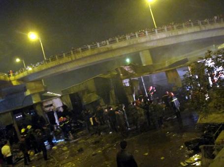 Cháy lớn thiêu rụi kho hàng dưới chân cầu Vĩnh Tuy
