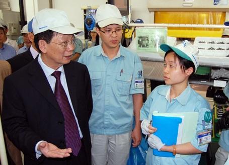 Chủ tịch Hà Nội trong một chuyến đi hỏi thăm sức khỏe của doanh nghiệp