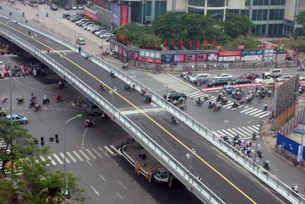 Cầu vượt lắp ghép trên đường Láng Hạ mới thông xe được 1 năm