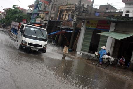 Mưa lớn kéo dài nhiều tuyến đường bị ngập