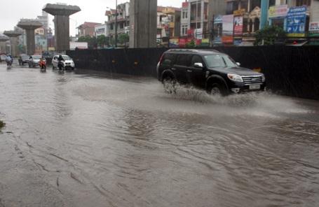 Ô tô, xe máy bơi qua biển nước trên tuyến đường hướng vào nội thành.
