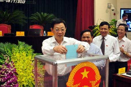 Đại biểu HĐND Hà Nội hoàn tất lấy phiếu tín nhiệm chỉ trong vòng 5 phút (từ khi phát phiếu)