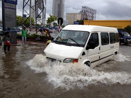 Nhiều tuyến phố ở Hà Nội tiếp tục bị mưa nhấn chìm