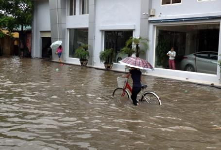 Lượng nước ngập ở một số tuyến phố lên đến 50 - 60cm