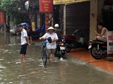 Trời vẫn còn mưa lớn, nhiều tuyến phố tiếp tục chìm trong biển nước.