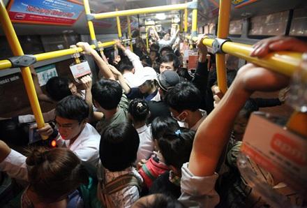 Nhiều tuyến xe buýt bị quá tải vào giờ cao điểm (ảnh Việt Hưng)