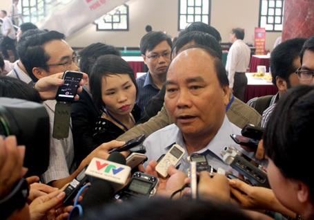 Phó Thủ tướng Nguyễn Xuân Phúc chả lời báo chí