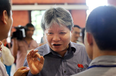 Bộ trưởng Bộ tư Pháp Hà Hùng Cường trao đổi với báo chí bên lê Quốc hội (ảnh Việt Hưng)