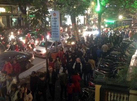 Tuyến phố Lê Thái Tổ đông nghẹt người từ 20h tối