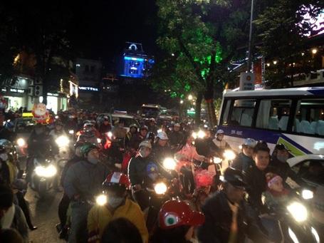 Giao thông khu vực xung quanh Hồ Hoàn Kiếm bị ùn tắc
