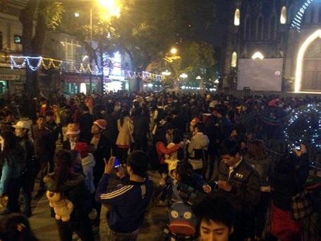 Nhiều người đến khu vực Nhà thờ Lớn Hà Nội từ rất sớm đón Noel