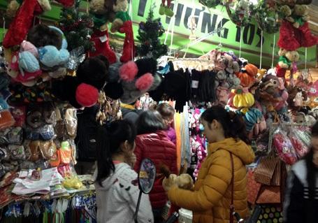 Các cửa hàng bán quà Noel đông nghẹt người đến mua