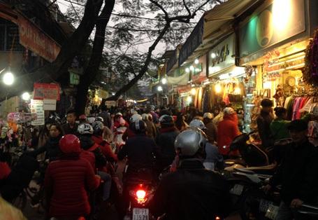Dù trời lạnh thấu xương nhưng hàng vạn người vẫn đổ ra đường đi đón Noel từ rất sớm