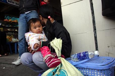 Vật vờ ngồi hàng tiếng ở bến xe, nhiều em nhỏ cảm thấy mệt mỏi, xuống sức