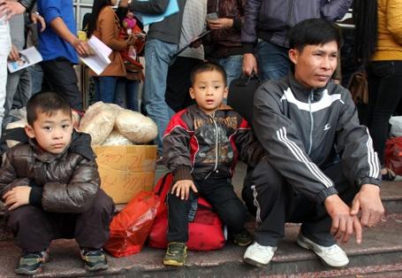 Nhiều gia đình ra bến từ sáng sớm để bắt xe về quê