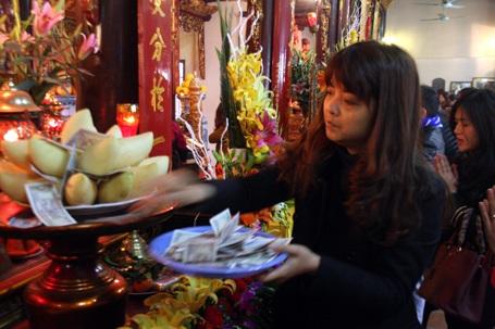Tiền lẻ được người dân rải rất nhiều trong các ngôi chùa