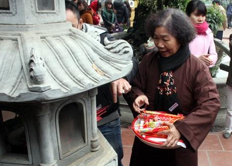 Thu lượm rác của dân để lại để ngôi chùa luôn sạch sẽ, trong lành