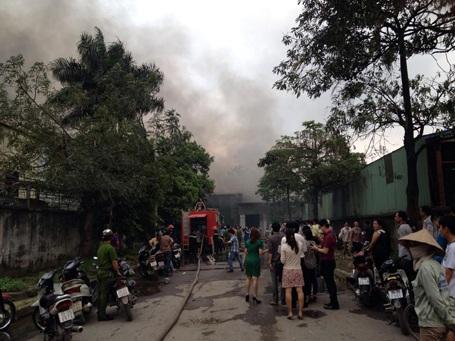 Lực lượng chức năng vật lộn với đám cháy
