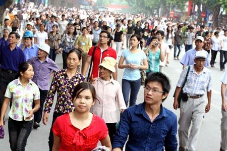 Người dân đi bộ quanh khu vực hồ Hoàn Kiếm dịp Đại lễ 1.000 năm Thăng Long - Hà Nội (10/2010)