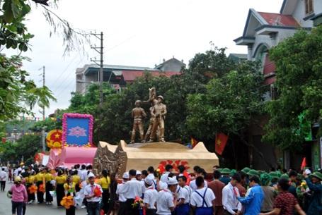 Dòng người hướng đến sân vận động trung tâm thành phố Điện Biên Phủ