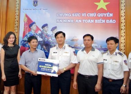 Doanh nghiệp tặng Cảnh sát biển Việt Nam lô ắc quy N200 trị giá khoảng 180 triệu đồng